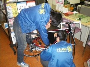 自転車の整備中