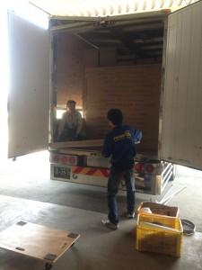 大型トラックに満載のオフィス家具が入荷!