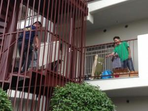 狭い階段から搬出