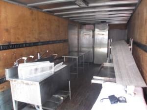 厨房機器を4t車にどんどん積込みます