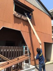 汗だくでたくさんの足場板を2階から手降ろし作業中!