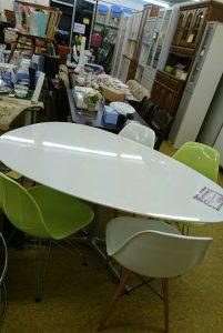 ♪タマゴ型の可愛いテーブル