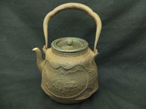 お宝発見!龍文堂造の鉄瓶を入荷しました。